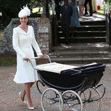 """Aristokratisch-elegant wird Prinzessin Charlotte von ihrer Mutter Herzogin Catherine im wunderschönen Retro-Kinderwagen """"Kensington"""" von SilverCross zu ihrer Taufe geschoben."""