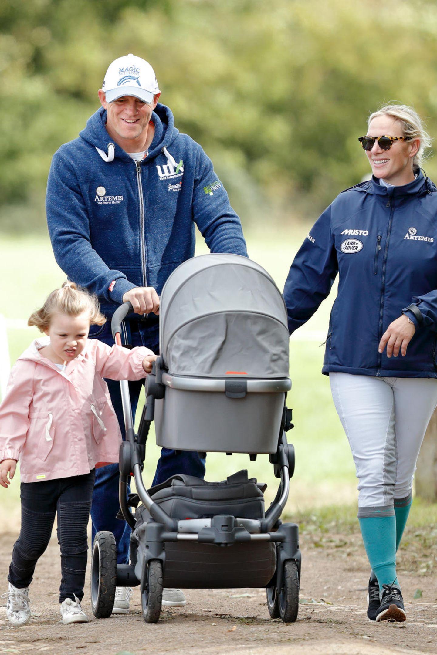 """Bei zwei so sportlichen Eltern wie Mike und Zara Tindall ist es kein Wunder, dass Baby Mia in einem schicken All-Terain-Kinderwagen des Modells """"Peach"""" von iCandy durch die Gegend spaziert wird."""