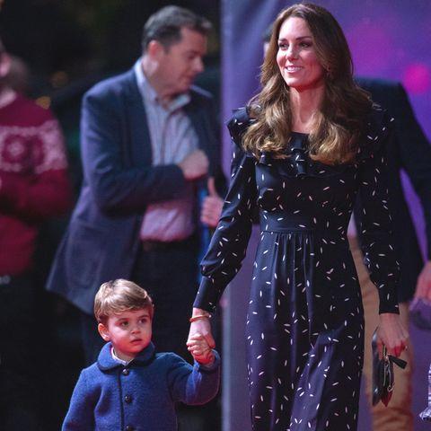 Prinz Louis an der Hand von Mama Herzogin Catherine