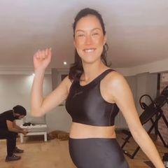 Während Ehemann Massimo im Hintergrund für die richtige Musik sorgt, tanzt die werdende Mutter fröhlich durch das Home-Gym der beiden.