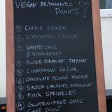 Von diesen veganen Donuts würden auch wir gerne mal abbeißen. Ob mit gesalzenem Karamell, Zimt-Crunch oder mit weißer Schokolade und Erdbeeren - Emilia Schüle weiß, wie man die Crew begeistern kann. Ob da am Ende noch ein Donut übrig geblieben ist? Wir bezweifeln es.