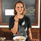 """Süßkartoffel-Pommes  Ihre Social-Media-Reichweite nutzt Natalie Portman, um Tipps zu einer veganen Lebensform zu geben. """"So viele Leute haben mich in letzter Zeit gefragt, wie sie die pflanzliche Ernährung in den Speiseplanihrer Kinder einbauen können ... also dachte ich, ich teile eines meiner Lieblingsrezepte, das meine Kinder immer ohne Probleme essen. Süßkartoffel-Pommes."""" Diese sind gesund, lecker und gleichzeitig einfach zuzubereiten. """"Mit anderen Worten, es ist perfekt für Kinder"""", so Portman."""