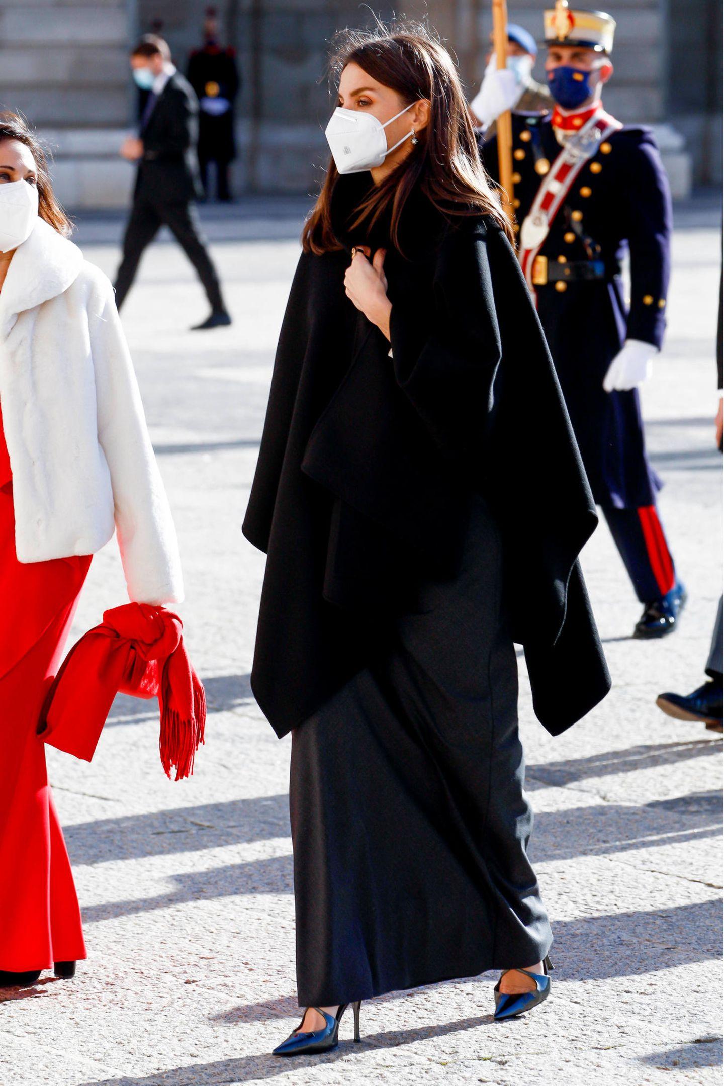 Mit einem eleganten Cape von Carolina Herrera schützt sich Königin Letizia vor den etwas kühleren Temperaturen.