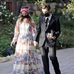 """Kaum ein Paparazzi-Foto hat in so kurzer Zeit so viel Aufsehen erregt, wie dieses: Schauspielerin Olivia Wilde und Harry Styles sind Hand in Hand auf dem Weg zu einer Hochzeit in Kalifornien. Während der Ex-""""One Direction""""-Star auf einen schwarzen Anzug mit ausgestelltem Bein setzt, trägt sie ein geblümtes Gucci-Kleid mit Crochet-Einsätzen. Olivia und Harry haben in den letzten Wochen viel Zeit am Set ihres neuen Films verbracht, bei dem sieProduzentin ist und er die männliche Hauptrolle spielt. Fans hoffen auf einen PR-Gag, eine Romanze ist jedoch nicht ausgeschlossen."""