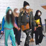 Familie Klum-Kaulitz ist am Flughafen in Los Angeles und jettet zurück nach Berlin. Während Lou und Leni in coolen Joggern unterwegs sind, trägt Heidi eine Bomberjacke mit Fellkragen, Military-Pants und derbe Boots. Die blonde Mähne hat sie sich zu zwei Zöpfen geflochten.