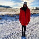 """Etwas verloren wirkt Nina Dobrev in ihrem dicken Daunenmantel und allein auf weiter Flur. Daher wundert es auch nicht, dass die Schauspielerin zu dem Foto auf Instagram schreibt: """"Wenn ich wie ein kleines Kind aussehe, ist es, weil ich mich auch so fühle."""""""