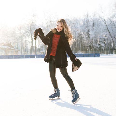 Thermo-Leggings: Warm und stylisch durch den Winter, junge Frau, Schnee, Schlittschuhe