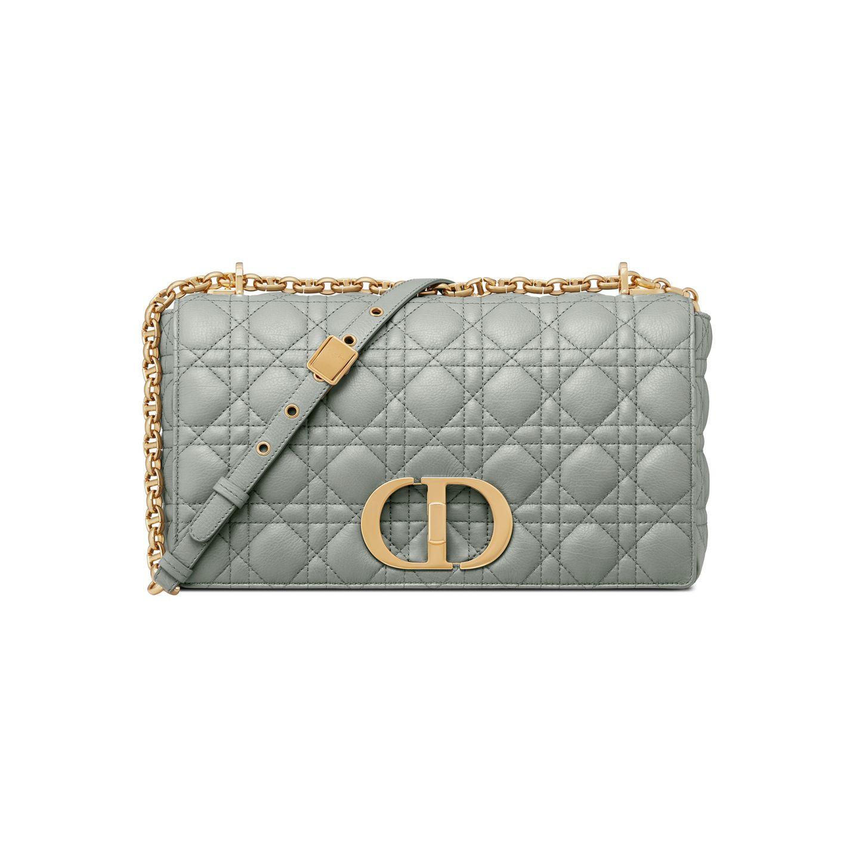 It-Bag Potenzial 2021 beginnt für Fashionistas grandios. Denn Dior bringt mit der Dior Caro Bag eine Tasche auf den Markt, die schon jetzt als It-Bag des Jahres gehandelt wird. Die Dior Caro Bag kommt mit dem legendären Webmuster daher und ist eine Hommage an Christian Diors Schwester Catherine – liebevoll auch Carogenannt. Dior Caro Bag in der großen Variante, ca. 3.500 Euro.