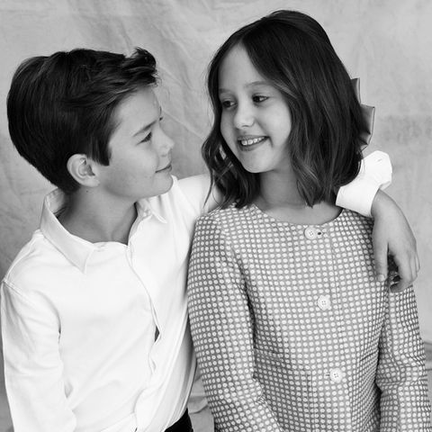 Das süße Geschwister-Paar ist ganz schön groß geworden und ist vor der Kamera absolut eingespielt. Prinz Vincent legt lässig den Arm um seine Schwester und wirft ihr einen liebevollen Blick zu. Wir wünschen den beiden einen tollen Geburtstag.