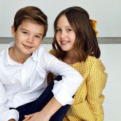 Das professionelle Lächeln haben die royalen Zwillinge auf jeden Fall schon drauf. Auf diesem weiteren Foto ist auch die niedliche gelbe Haarschleife zu sehen, die Josephine passend zu ihrem Outfit trägt.