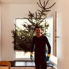 Oliver Berben 7. Januar 2020  Wohin mit dem Weihnachtsbaum? Das fragt sich auch Filmproduzent Oliver Berben. Kurzerhand versucht er seinen Tannenbaum durch das Fenster zu entsorgen. Das riesige Exemplar ist dafür aber leider viel zu groß. Das muss auch der Sohn von Schauspielerin Iris Berben einsehen, der sein Dilemma mt Humor nimmt und allen seinen Instagramfans ein fröhliches Knutfest wünscht.