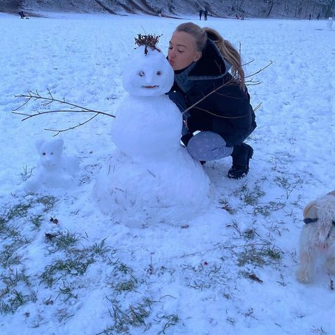 Die Tochter von Schauspielerin Veronica Ferres und Produzent Martin Krug ist so aufgeregt über den ersten Schnee, dass Lilly Krug doch glatt im Schlafanzug in den Schnee stürmt. Der Kuss für den Schneemann ist in der Eile aber noch drin.
