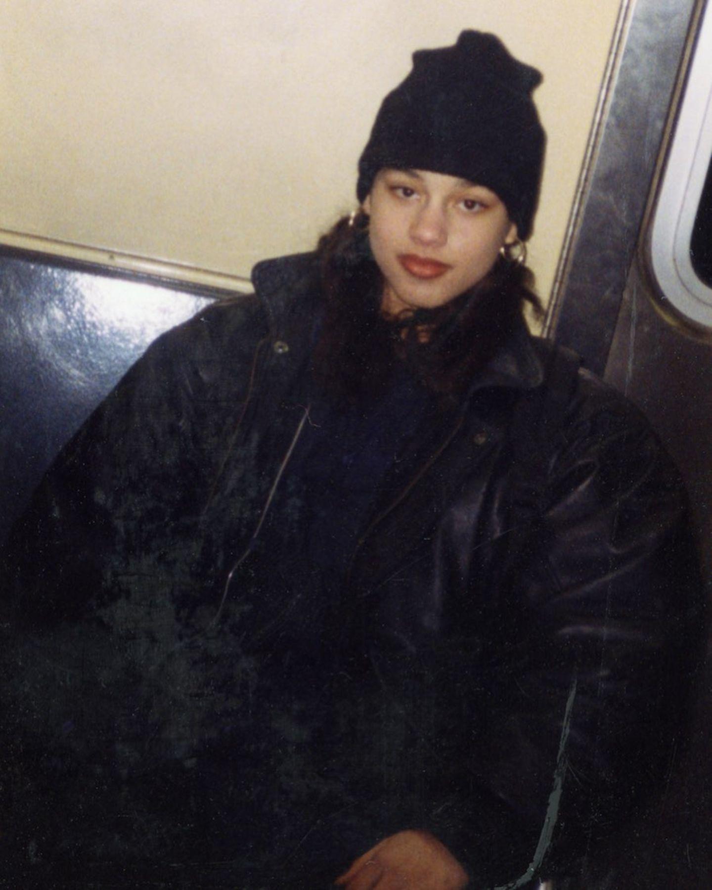 Alicia Keys  Cool schaut der berühmte Teenager in die Kamera. Die Sängerin wurde schnell selbstständig und fing als 11-Jährige mit dem Bahn fahren durch New York an, wie sie ihren Followern auf Instagram verrät. Der Schnappschuss zeigt sie auf einer ihrer Touren im Alter von 13 Jahren.