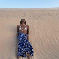 Ende der Achtziger gelang Naomi Campbell ihr Durchbruch. Seitdem ist die Britin eines der wohl bekanntesten Models der Welt. Gerade diesen Sommer feierte sie ihren 50. Geburtstag. Das Alter scheint jedoch spurlos an ihr vorbeizuziehen. In einem neuen Instagrampost schwärmt sie von ihrem letzten Urlaub in Afrika und rekelt sich dabei im Bikini auf einer Düne. Spuren vom Älterwerden? Bei Naomi Fehlanzeige. Da kann man glatt neidisch werden.
