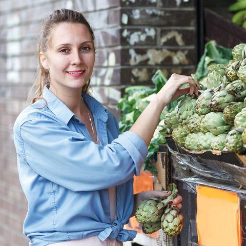 Abnehmen durch Bitterstoffe, Frau, Markt, Gemüsestand