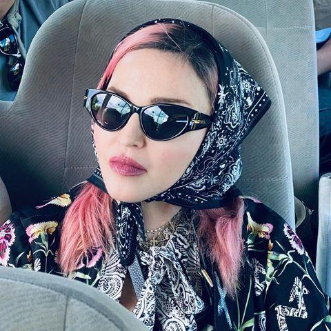 Madonna ist mit einer Charity-Organisation in Malawi. Kopftuch und dunkle Sonnenbrille erwecken den Eindruck, sie wolle sich verstecken. Esist jedoch fraglich, obsie mit ihren pinken Haaren und in diesem Aufzug nicht eher auffällt vor Ort.