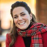 Die Corona-Pandemie und der Megxit prägten das Jahr 2020 - ihr Strahlen hat Herzogin Catherine jedoch nicht verloren! Das natürliche Lächeln und der gesunde Teint werden von einem dezenten Make-up unterstrichen, ihre beneidenswerte Mähne hat sie halb hochgesteckt. So kennen und lieben wir das Geburtstagskind!