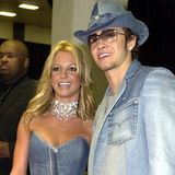 """Wir können es kaum glauben, aber dieser ikonische Partnerlook von Britney Spears und Justin Timberlake ist schon 20 Jahre alt. Zu dem Zeitpunkt waren sie noch ein Paar – da war die Welt noch in Ordnung. Bei den American Music Awards 2011 traten die beiden im All-Over-Denim-Look auf. Auch, wenn das heute wirklich niemand mehr tragen würde, vergessen werden wir diesen Auftritt ganz sicher nicht""""!"""