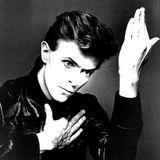 """Ende 1976 zog Bowie nach West-Berlin, in der Zeit entstand 1977 auch dasAlbum """"Heroes"""" mit dem gleichnamigen Welthit. Das berühmte minimalistische Cover wurde vom japanischen FotografenMasayoshi Sukita aufgenommen und ist selbst schon ikonisch."""
