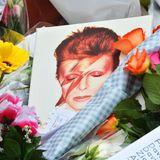 """Der plötzliche Krebstod von David Bowie am 10. Januar 2016 schockierte Millionen Fans, weltweit wurde seiner gedacht, und nicht selten war dabeidas legendäre Albumcover von """"Aladdin Sane"""" von 1973 zu sehen. Make-up-Artist war damals Pierre Laroche, fotografiert hat das bis dahin teuerste Cover, inklusive Shooting und aufwändigem Druck, der englische FotografBrian Duffy."""