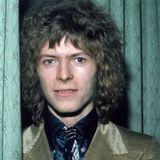 """Mit """"Space Oddity"""", das 1969fünf Tage vor dem Start der Mondrakete Apollo 11 veröffentlicht wurde, erschuf David Bowie einen weltweiten Klassiker. Seine Lockenpracht von damals ist auch auf dem Albumcover festgehalten."""