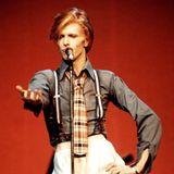 """Aus """"Ziggy Stardust"""" wurde langsam der """"Thin White Duke"""" von 1976. Der Wandel von der Glamrock-Rolle zur eleganteren Persona im Anzug ist an diesem Look bei einem Auftritt in der New Yorker Radio City Music Hall gut zu sehen."""