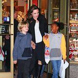 Gerne gemeinsam shoppen gegangen, sind Angelina Jolie und ihre Kids Shiloh und Zahara immer schon gerne. Bei einer Einkaufstour im November 2014 waren die beiden aber noch fast zwei Köpfe kleiner als ihre weltberühmte Mama.
