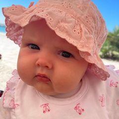 Was für ein süßer Wonneproppen! Tamara Ecclestone zweites Töchterchen Serena bezaubert nicht nur ihre Mama, Papa Jay und Schwester Sophia, sondern mit diesem niedlichen Porträt auch uns.
