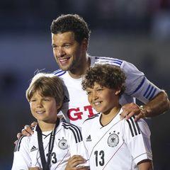 Michael Ballack und seine Ex-Frau Simone haben drei Söhne, Louis, Emilio und Jordi (v.r.n.l.). Bei seinem Abschiedsspielim Sommer 2013 muss sich der Fußballer noch zu seinen Söhnen runterbeugen, das ist heute anders...