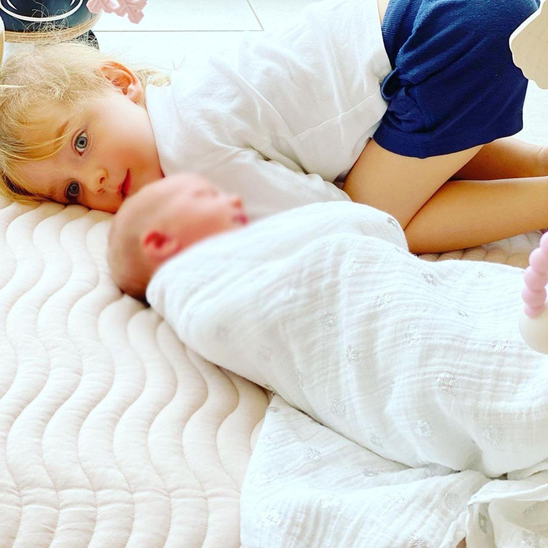 3. April 2020  Cooper ist ganz vernarrt in seine kleine Schwester Coco und behält sie immer gut im Blick. Die Kleine hat am 27. März 2020 das Licht der Welt erblickt.