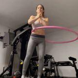 Bei ihrer Sport-Routine schwört Angelina Pannek jetzt auf den Hula-Hoop-Reifen. Wer kennt ihn nicht aus Kindheitstagen?
