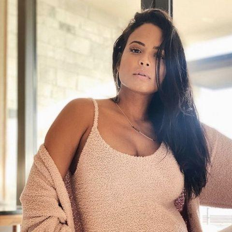 Die Schwangerschaft steht Christina Milian. Immer wieder präsentiert die Sängerin stolz ihren wachsenden Babybauch. Im neusten Post sieht die werdende Mama mal wieder umwerfend aus. In einem kuscheligen Onesie mit passendem Cardigan setzt sie sich gekonnt in Szene und auch ihr Schwangerschaftsglow kann sich definitiv sehen lassen.