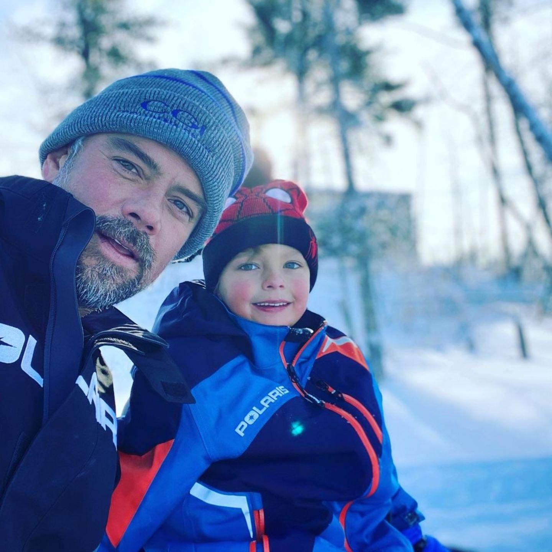 Josh Duhamel und sein Sohn Axl machen die Gegend auf einem Schneemobil unsicher.Zum Abschluss wird noch ein Erinnerungsfoto an den schönen Wintertag gemacht.