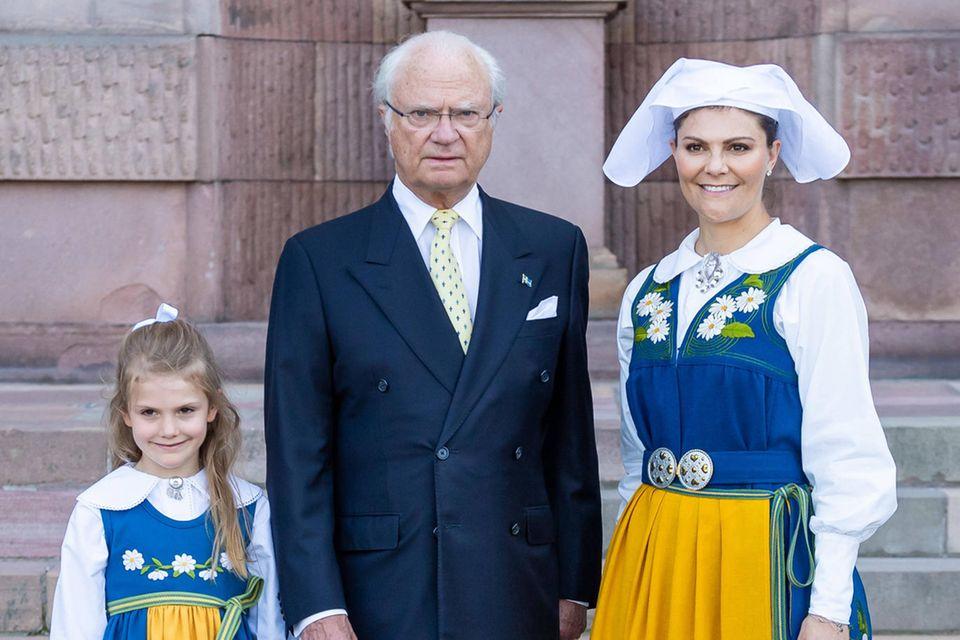 Die Gegenwart und die Zukunft der schwedischen Monarchie: König Carl Gustaf mit seiner Enkelin Prinzessin Estelle und seiner Tochter Prinzessin Victoria.