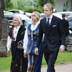 Im September 2020 sehen wirMarius und FreundinJuliane Snekkestad bei der Konfirmation von Prinz Sverre Magnus. Er trägt einen smarten Anzug und sie wirft sich in traditionelle Tracht.