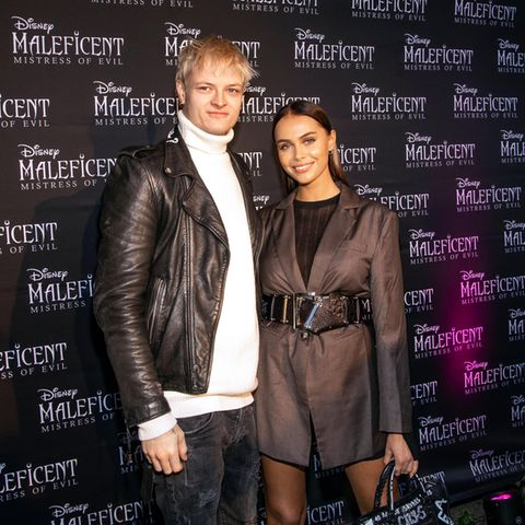 """Marius Borg Høibyund seine Freundin Juliane Snekkestad schnuppern im Oktober 2019Red-Carpet-Luft bei der Premiere von """"Maleficent 2"""" in Oslo."""