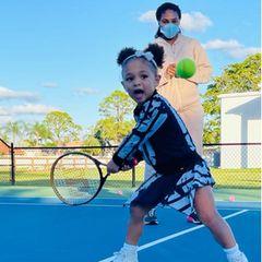 12. Januar 2021  Serena Williams steht mit ihrer Tochter Alexis Olympia auf dem Tennisplatz. Schon als Einjährige hat sich Serenas Mini-Me an den Tennissport herangetastet. Wenn sie so weiter macht, ist sie bald ebenso ein Profi wie ihre berühmte Mutter.