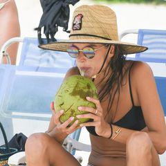 Alessandra Ambrosio ist für ihren Wahnsinns-Körper bekannt und so verwundert es uns nicht, wenn sie am Strand vorRio de Janeiro den ein oder anderen neidvollen Blick zugeworfen bekommt. Denn selbst im Sitzen, zeichnet sich keine einzige Speckrolle am Bauch des Supermodels ab.