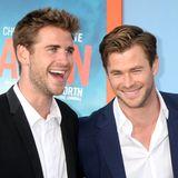 """Mittlerweile überragt der kleine Bruder Liam den großen Bruder Chris. Die Hemsworthbrüder sind eigentlich zu dritt. Luke Hemsworth, bekannt aus der Erfolgsserie """"Westworld"""" ist der älteste des attraktiven Trios. Alle drei sind Schauspieler und unglaublich erfolgreich."""