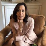 """Dass Kamala Harris bei ihren Outfits nichts dem Zufall überlässt, ist bekannt. Doch ihr neuster Look, den sie am Tag des zweiten Amtsenthebungsverfahrens (engl. Impeachment) gegen noch Präsident Donald Trump trägt, toppt bisher alles. Denn nicht ohne Grund greift die zukünftige Vizepräsidentin zu einem Anzug in der Farbe Peach und kombiniert ihn mit mintfarbenen Socken. Dass die beiden Farben quasi das Wort """"Impeachment"""" ergeben, ist definitiv kein Zufall. Doch nicht nur mit der Farbe ihrer Socken setzt Harris ein klares Statement..."""