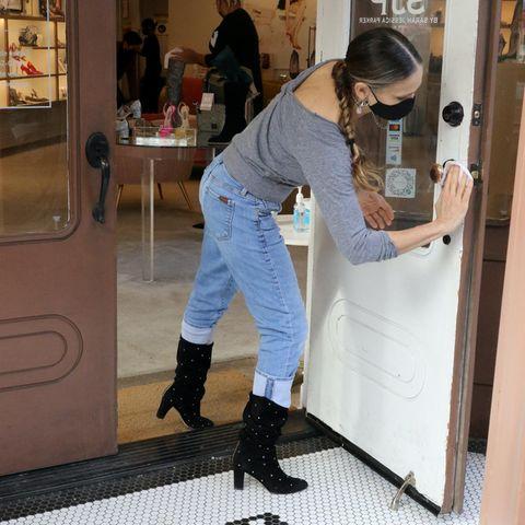 14. Januar 2021  Sarah Jessica Parker desinfiziert ganz emsig die Türklinke zu ihrem Schuhladen, der in Manhattan regen Zuspruch findet. Ihren Kunden möchte die geschäftstüchtige Schauspielerin den bestmöglichen Schutz vor dem Coronavirus bieten, und dafür legt der SATC-Star höchstpersönlich Hand an.