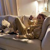 Lockdown-Abende in einem Bild: Couch, Weinglas, TV und ein tierischer Kuschelkumpane - Mandy Capristo hat es sich in einer beigen Hoodie-Hosen-Kombi bequem gemacht!