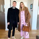 Chiara Ferragni setzt für ein Date mit Ehemann Fedez auf eineVariante in Babyrosa. Das gemütliche Strickset ist perfekt für die werdende Mama einer Tochter. Der brauneTeddy-Coat und die braune Hermès-Tasche machen den Look der Italienerin perfekt!