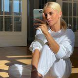 Das Spiegelselfie in den eigenen vier Wänden ist wohl eins der häufigsten Motive auf Instagram in dieser Zeit. Caro Daur schafft es, sich trotzdem lässig in Szene zu setzen –auch dank des coolen weißen Zweiteilers, den sie trägt.