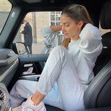Auch Ann-Kathrin Götze liebt den neuen Homewear-Trend und trägt einen sportlichen grauen Zweiteiler. Zusammen mit den auffälligen Sneakern von Chanel wird ein richtiger Look draus!