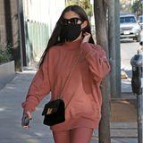 Dass man in gemütlichen Home-Outfits auch schnell Besorgungen machen kann, zeigt dieser Look von Sara Sampaio. Leggings und Sweatshirt passen farblich perfekt zusammen, Crossbody-Bag, Sneaker, Sonnenbrille und Maske runden den Style ab!