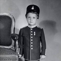 Die Leibgarde ist die größte Einheit der schwedischen Streitkräfte, sie bewacht und beschützt die Königsfamilie und die Paläste. Und der kleine Carl Gustaf sieht in der Paradeuniform selbst ziemlich schnieke aus.