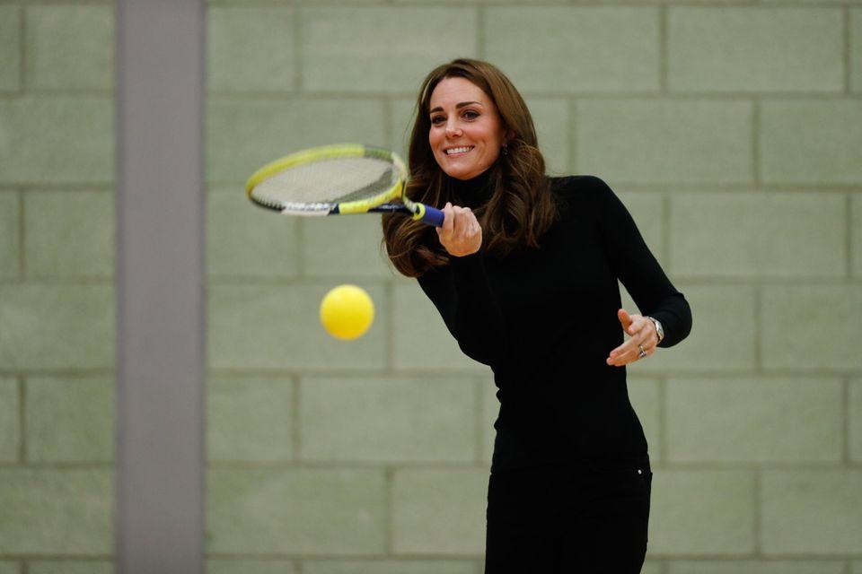 Herzogin Catherine liebt es nicht nur, Zuschauerin bei den jährlichen Tennisturnier in Wimbledon zu sein. Die begeisterte Sportlerin schlägt auch selbst gerne einmal den Ball.