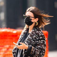 Stylisch wie immer – so kennen wir Schauspielerin Emily Ratajkowski. Auch ihren Babybauch weiß die schöne Brünette gekonnt in Szene zu setzen: enge Jeans, Stiefel mit Animal-Print, ein Oversize-Pullover und ein Mantel von Dolce & Gabbana (rund 4800 Euro). Wir lieben ihren Look!