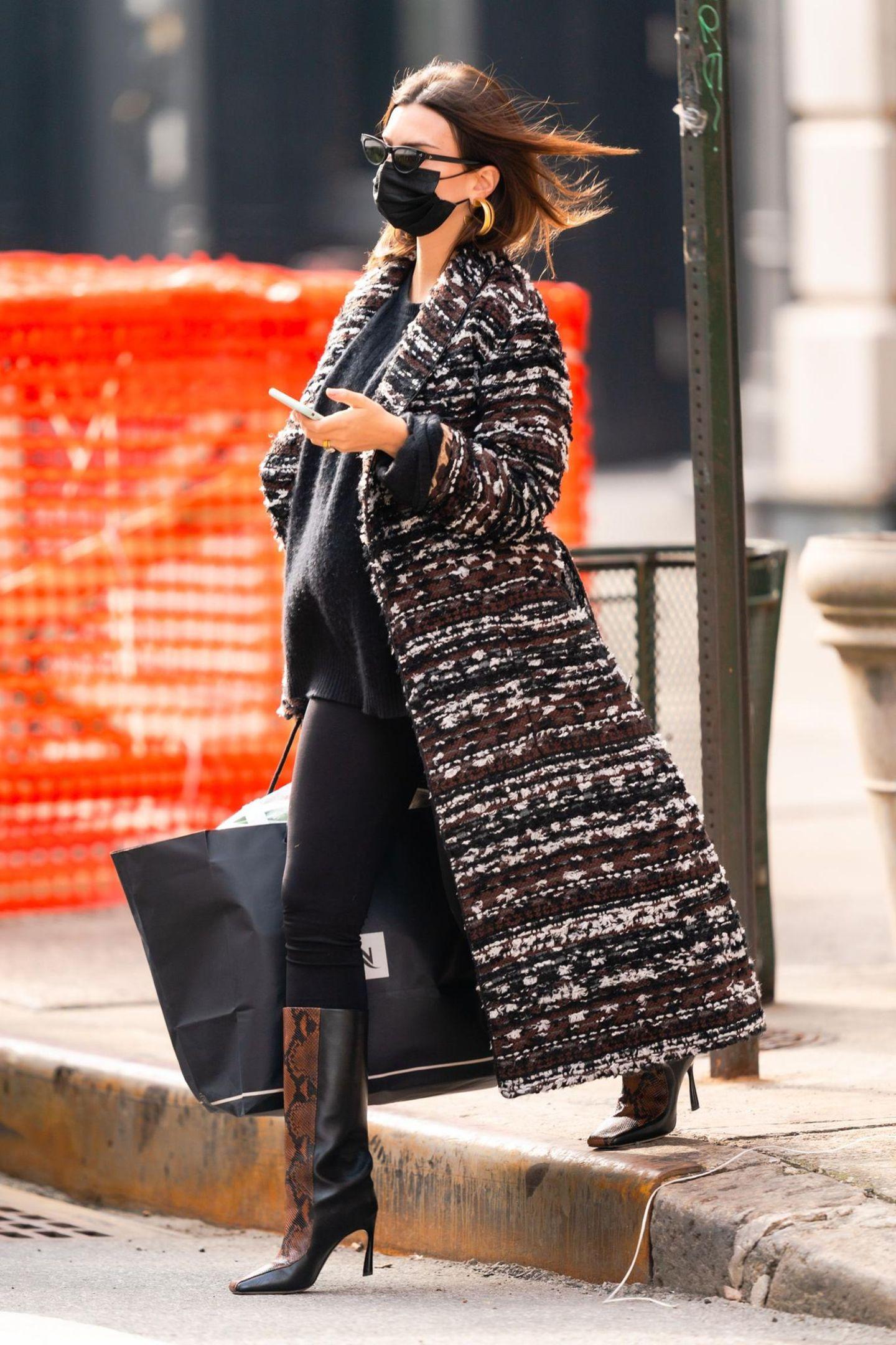 Stylisch wie immer – so kennen wir Schauspielerin Emily Ratajkowski. Was wir allerdings eher selten sehen: wenig nackte Haut. Auf Instagram zeigt sie sich in der Regel sehr freizügig – manchmal sogar komplett nackt. Aber auch mit viel Stoff weiß die schöne Brünette ihren Babybauch in Szene zu setzen: enge Jeans, Stiefel mit Animal-Print, ein Oversize-Pullover und ein Mantel von Dolce & Gabbana (rund 4800 Euro). Wir lieben ihren Look!